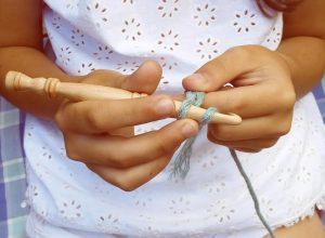 Utilizando los ganchillos de madera