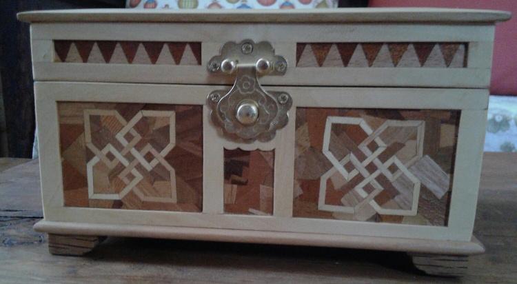 Frente de la caja de madera de castaño