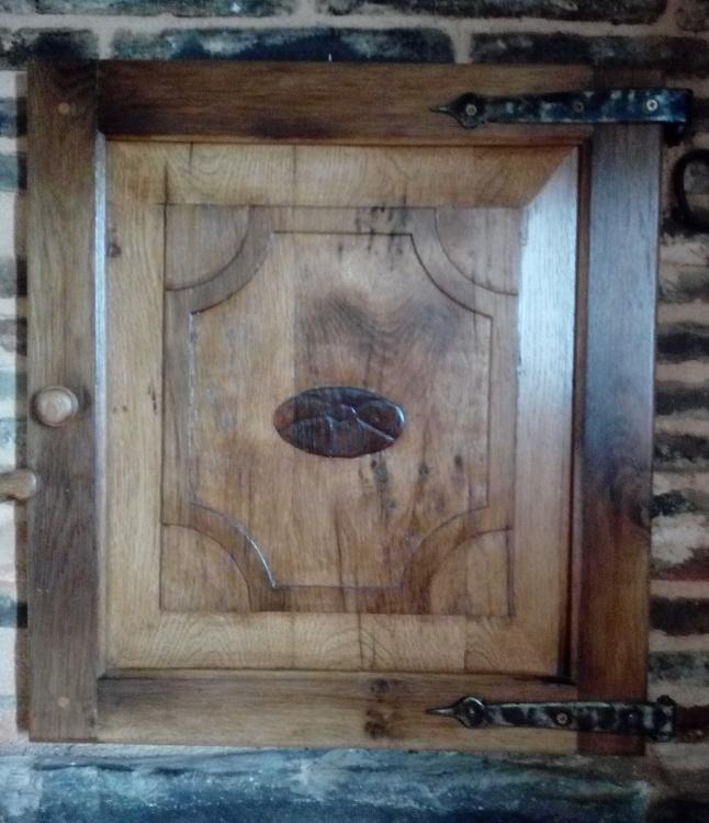 Puerta del horno familiar en madera de roble