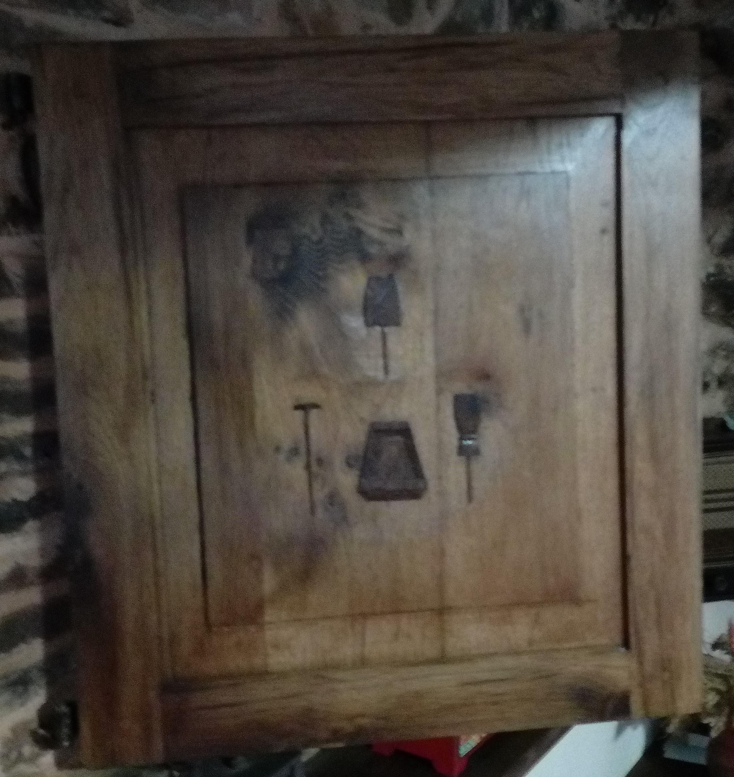 Reverso de la puerta con útiles del amasado grabados (pala, roderaco, masera y mondilla.