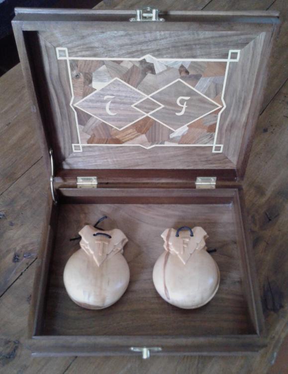Vista interior de la caja de nogal con castañuelas