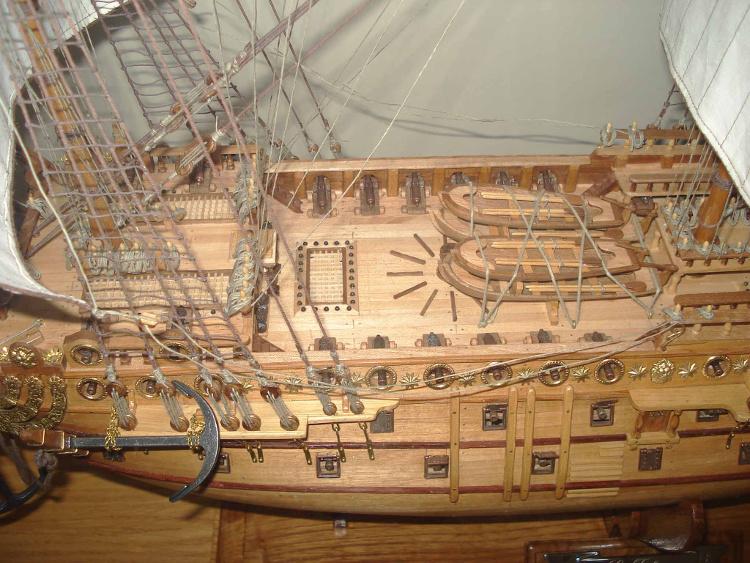Cubierta con botes salvavidas