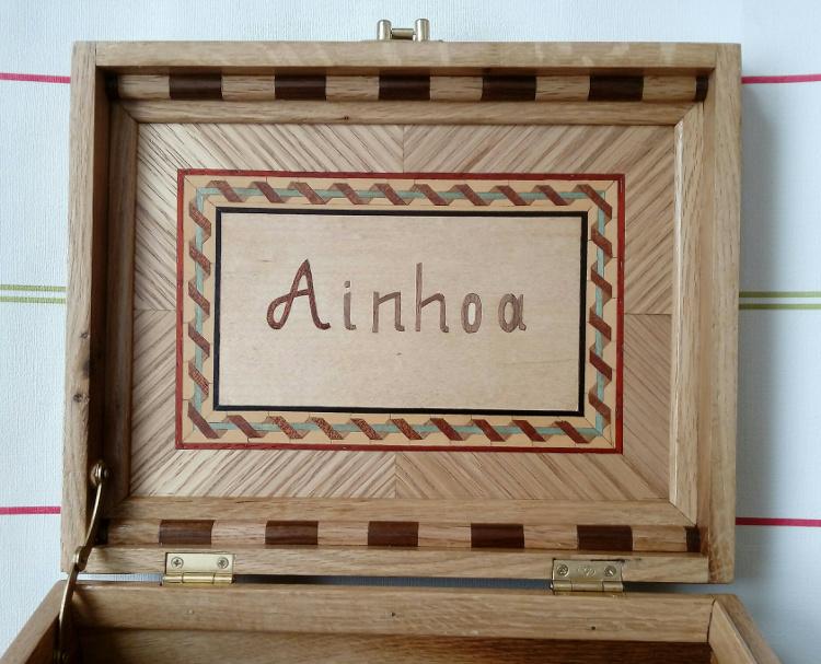 Contraportada en taracea con el nombre (Ainhoa)