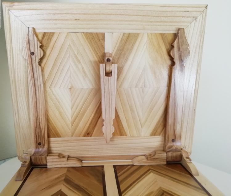 Cara posterior con soporte y bisagras. Interior madera de guindal con marco de fresno